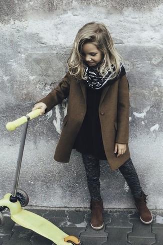 Cómo combinar: botas de ante en marrón oscuro, leggings en gris oscuro, vestido de lana negro, abrigo marrón