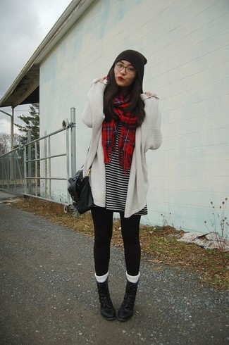 Cómo combinar: botas planas con cordones de cuero negras, leggings negros, vestido casual de rayas horizontales en negro y blanco, cárdigan abierto de punto blanco