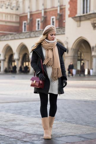 Combinar unos leggings negros: Un abrigo de punto en gris oscuro y unos leggings negros son prendas que debes tener en tu armario. Haz este look más informal con botas ugg marrón claro.