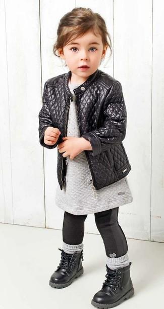 Cómo combinar: botas negras, leggings negros, vestido jersey gris, chaqueta de cuero negra