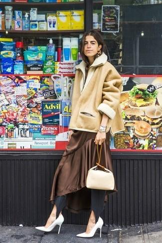 Cómo combinar: zapatos de tacón de cuero blancos, leggings negros, vestido midi de seda marrón, chaqueta de piel de oveja marrón claro