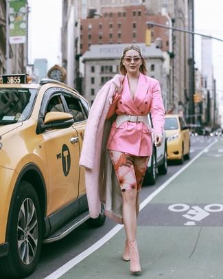Cómo combinar: botines de ante rosados, mallas ciclistas con print de flores rosadas, blazer cruzado rosado, abrigo de piel rosado