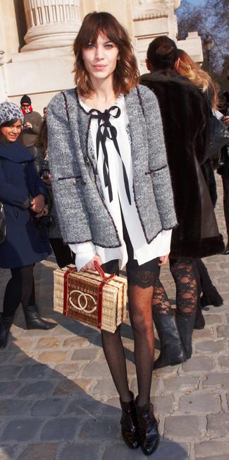 Combinar unas medias a lunares negras: Elige por la comodidad con una chaqueta de tweed gris y unas medias a lunares negras. Botines de cuero negros son una sencilla forma de complementar tu atuendo.