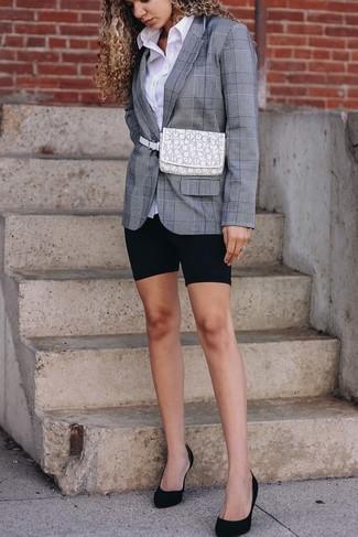 Cómo combinar: zapatos de tacón de ante negros, mallas ciclistas negras, camisa de vestir blanca, blazer de tartán gris