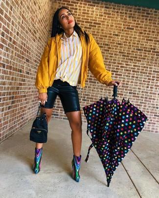 Cómo combinar: botines de lentejuelas en multicolor, mallas ciclistas de cuero negras, camisa de vestir de rayas verticales amarilla, chubasquero mostaza