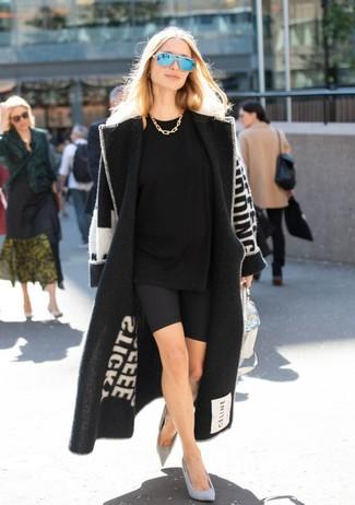 Cómo combinar: zapatos de tacón de ante grises, mallas ciclistas negras, camiseta con cuello circular negra, abrigo estampado en negro y blanco