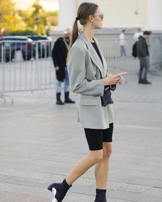 Cómo combinar: botines de elástico negros, mallas ciclistas negras, camiseta con cuello circular negra, blazer cruzado gris