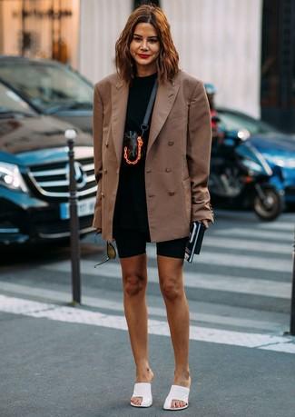 Cómo combinar: chinelas de cuero blancas, mallas ciclistas negras, camiseta con cuello circular negra, blazer cruzado marrón