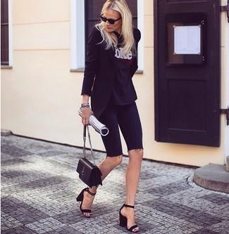 Cómo combinar: sandalias de tacón de ante negras, mallas ciclistas vaqueras negras, camiseta con cuello circular estampada en negro y blanco, blazer negro