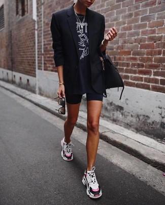 Cómo combinar: deportivas en multicolor, mallas ciclistas negras, camiseta con cuello circular estampada en negro y blanco, blazer negro
