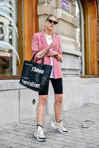 Cómo combinar: deportivas blancas, mallas ciclistas negras, camiseta con cuello circular blanca, blazer rosado