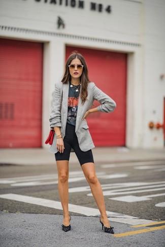 Cómo combinar: zapatos de tacón de lona estampados en negro y blanco, mallas ciclistas negras, camiseta con cuello circular estampada en gris oscuro, blazer gris
