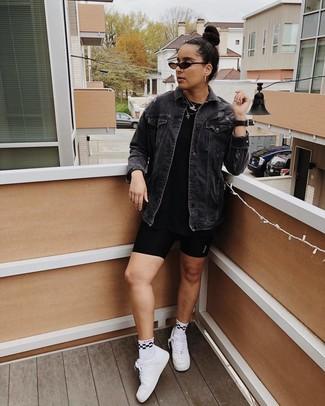 Cómo combinar: tenis de cuero blancos, mallas ciclistas negras, camiseta con cuello circular negra, chaqueta vaquera negra