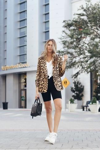 Cómo combinar: deportivas blancas, mallas ciclistas negras, camiseta con cuello en v blanca, blazer de leopardo marrón claro