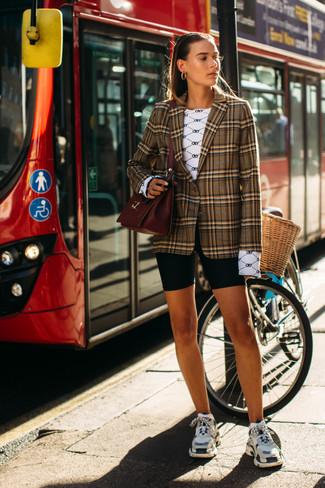 Cómo combinar: deportivas en multicolor, mallas ciclistas negras, camiseta de manga larga estampada blanca, blazer de tartán marrón