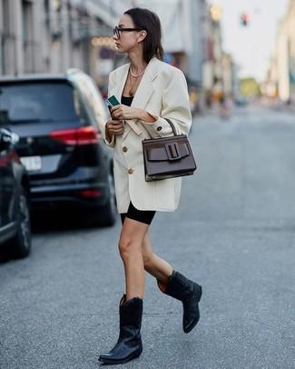 Cómo combinar: botas camperas de cuero negras, mallas ciclistas negras, camiseta sin manga negra, blazer cruzado blanco