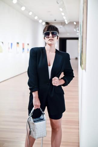 Cómo combinar: cartera de cuero plateada, mallas ciclistas negras, camiseta sin manga blanca, blazer negro