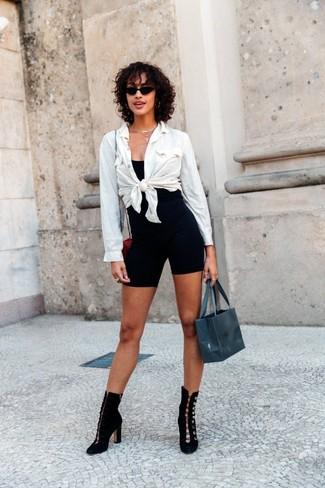 Look de moda: Botines de ante negros, Mallas ciclistas negras, Camiseta sin manga negra, Camisa de vestir blanca