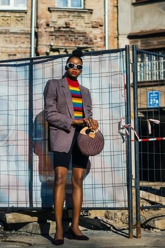 Cómo combinar: zapatos de tacón de cuero negros, mallas ciclistas negras, jersey de cuello alto de rayas horizontales en multicolor, blazer de rayas verticales en gris oscuro