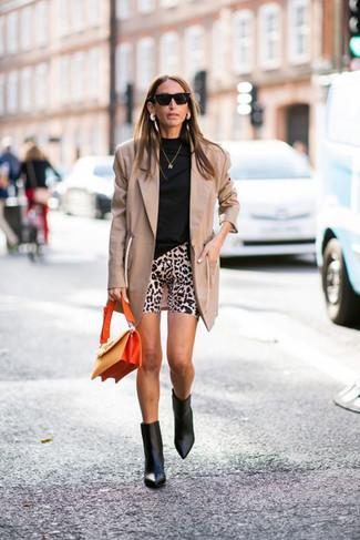 Cómo combinar: botines de cuero negros, mallas ciclistas de leopardo en beige, jersey de cuello alto negro, blazer marrón claro