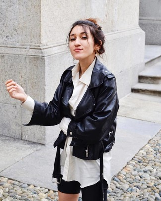 Cómo combinar: mallas ciclistas negras, camisa de vestir blanca, chaqueta motera de cuero negra