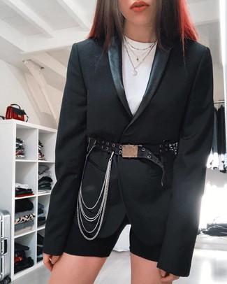 Cómo combinar: cinturón de cuero con adornos negro, mallas ciclistas negras, camiseta con cuello circular blanca, blazer negro