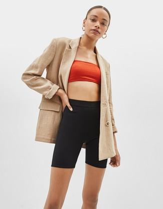 Cómo combinar: pendientes dorados, mallas ciclistas negras, top corto rojo, blazer cruzado marrón claro