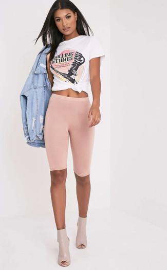 Cómo combinar: botines de cuero con recorte en beige, mallas ciclistas rosadas, camiseta con cuello circular estampada en blanco y rosa, chaqueta vaquera desgastada celeste
