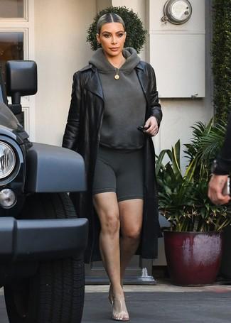 Cómo combinar: chinelas de goma transparentes, mallas ciclistas en gris oscuro, sudadera con capucha en gris oscuro, gabardina de cuero negra