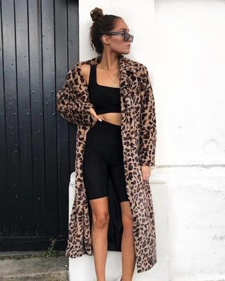 Cómo combinar: gafas de sol negras, mallas ciclistas negras, top corto negro, abrigo de piel de leopardo marrón