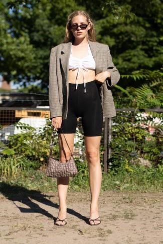 Cómo combinar: chinelas de cuero negras, mallas ciclistas negras, top corto blanco, blazer cruzado a cuadros marrón