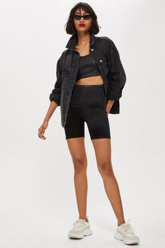 Cómo combinar: deportivas en beige, mallas ciclistas negras, top corto negro, chaqueta vaquera negra