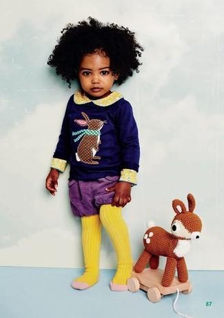 Cómo combinar: medias amarillas, pantalones cortos en violeta, camiseta de manga larga estampada azul marino