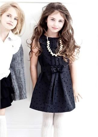Cómo combinar: medias blancas, vestido de seda negro