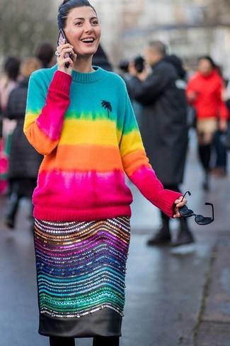 Combinar unas medias de lana negras: Un jersey con cuello circular efecto teñido anudado en multicolor y unas medias de lana negras son una opción inmejorable para el fin de semana.