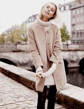 Cómo combinar: medias de lana negras, vestido jersey en beige, abrigo en beige