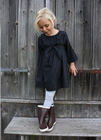 Cómo combinar: medias grises, botas de lluvia marrónes, vestido negro