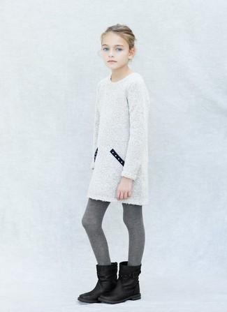 Cómo combinar: medias grises, botas negras, vestido de punto blanco