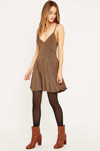 Combinar un vestido skater estampado marrón: Ponte un vestido skater estampado marrón para lidiar sin esfuerzo con lo que sea que te traiga el día. Botines de cuero en tabaco son una opción atractiva para complementar tu atuendo.