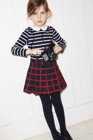 Cómo combinar: medias negras, falda a cuadros azul marino, camiseta de rayas horizontales en azul marino y blanco