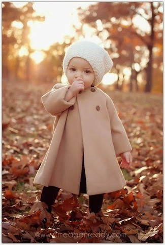 Cómo combinar: medias negras, gorro blanco, abrigo marrón claro