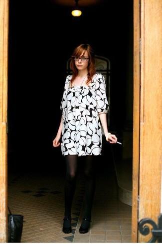 Cómo combinar: medias negras, zapatos de tacón negros, vestido recto estampado en blanco y negro