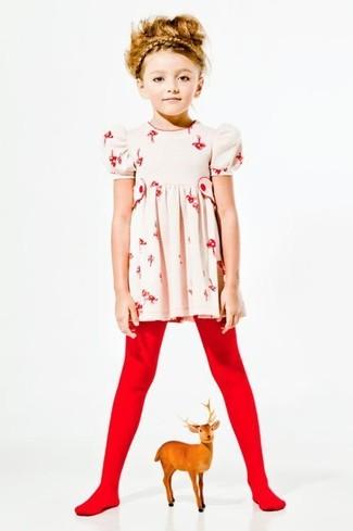 Cómo combinar: medias rojas, vestido con print de flores en beige