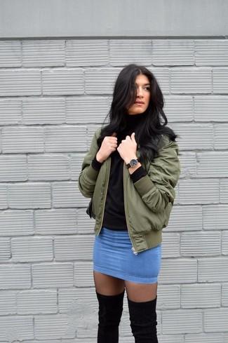 Cómo combinar: medias negras, minifalda vaquera azul, jersey de cuello alto negro, cazadora de aviador verde oliva