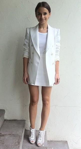 Cómo combinar: botines con cordones de cuero blancos, minifalda blanca, camiseta con cuello circular blanca, blazer cruzado blanco