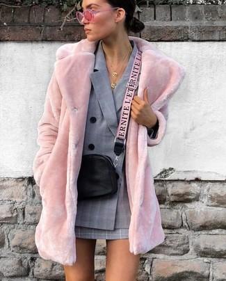 Cómo combinar: bolso bandolera de cuero negro, minifalda de tartán gris, blazer cruzado de tartán gris, abrigo de piel rosado
