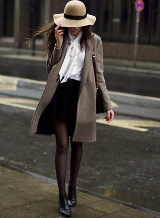 Cómo combinar: botines de cuero negros, minifalda negra, blusa de botones blanca, abrigo verde oliva