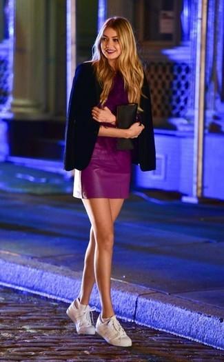 Combinar una minifalda de cuero morado: Usa un blazer azul marino y una minifalda de cuero morado para lidiar sin esfuerzo con lo que sea que te traiga el día. Si no quieres vestir totalmente formal, complementa tu atuendo con tenis de cuero blancos.