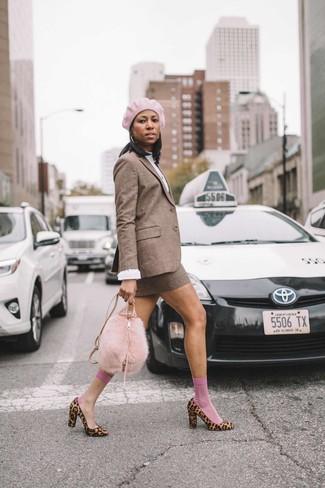 Cómo combinar: zapatos de tacón de pelo de becerro de leopardo marrón claro, minifalda de lana a cuadros marrón, blusa de manga larga blanca, blazer de lana a cuadros marrón