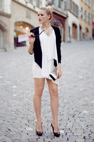Cómo combinar: zapatos de tacón de cuero gruesos negros, minifalda blanca, blusa sin mangas de gasa blanca, blazer negro